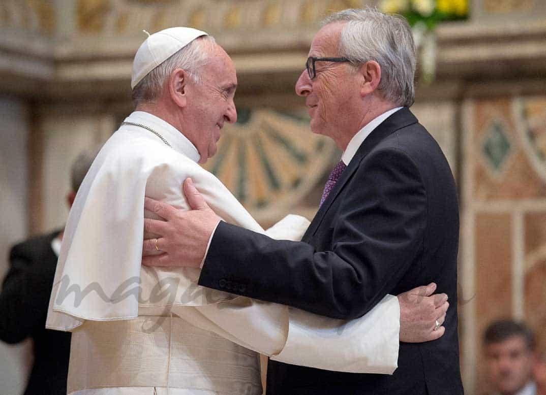 papa-francisco-jean-claude-juncker en el premio carlomagno
