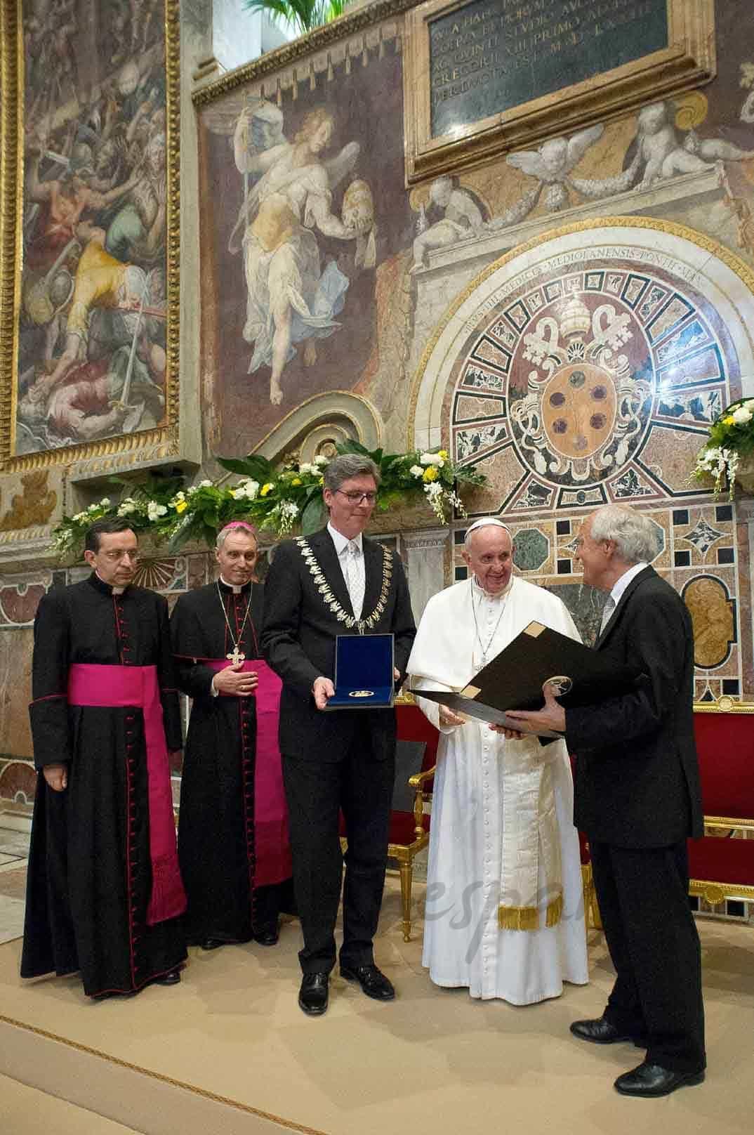 marcel-philipp-juergen-linden entregan el premio carlomagno al papa francisco