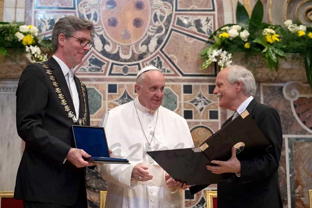 marcel-phillipp-juergen-linden entregan el premio carlomagno al papa francisco