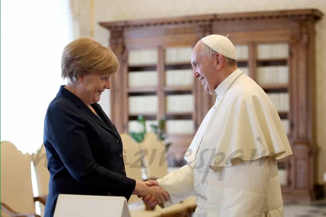 papa-francisco-y-angela-merkel en el premio carlomagno