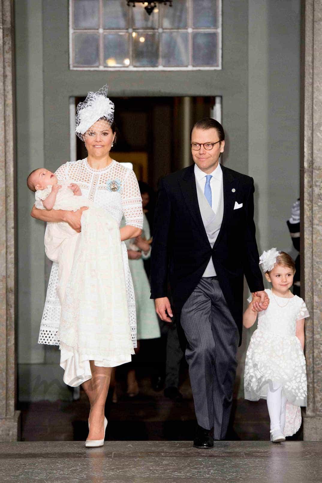 Princesa Victoria de Suecia con el príncipe Óscar, el príncipe Daniel y la princesa Stelle