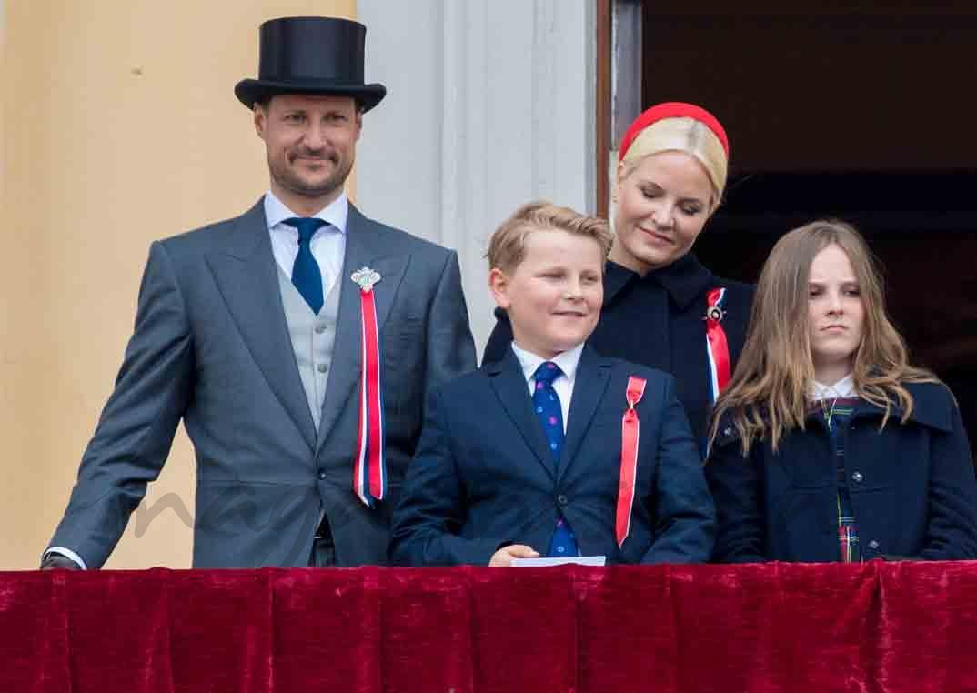 principes de noruega y sus hijos celebran dia nacional de noruega