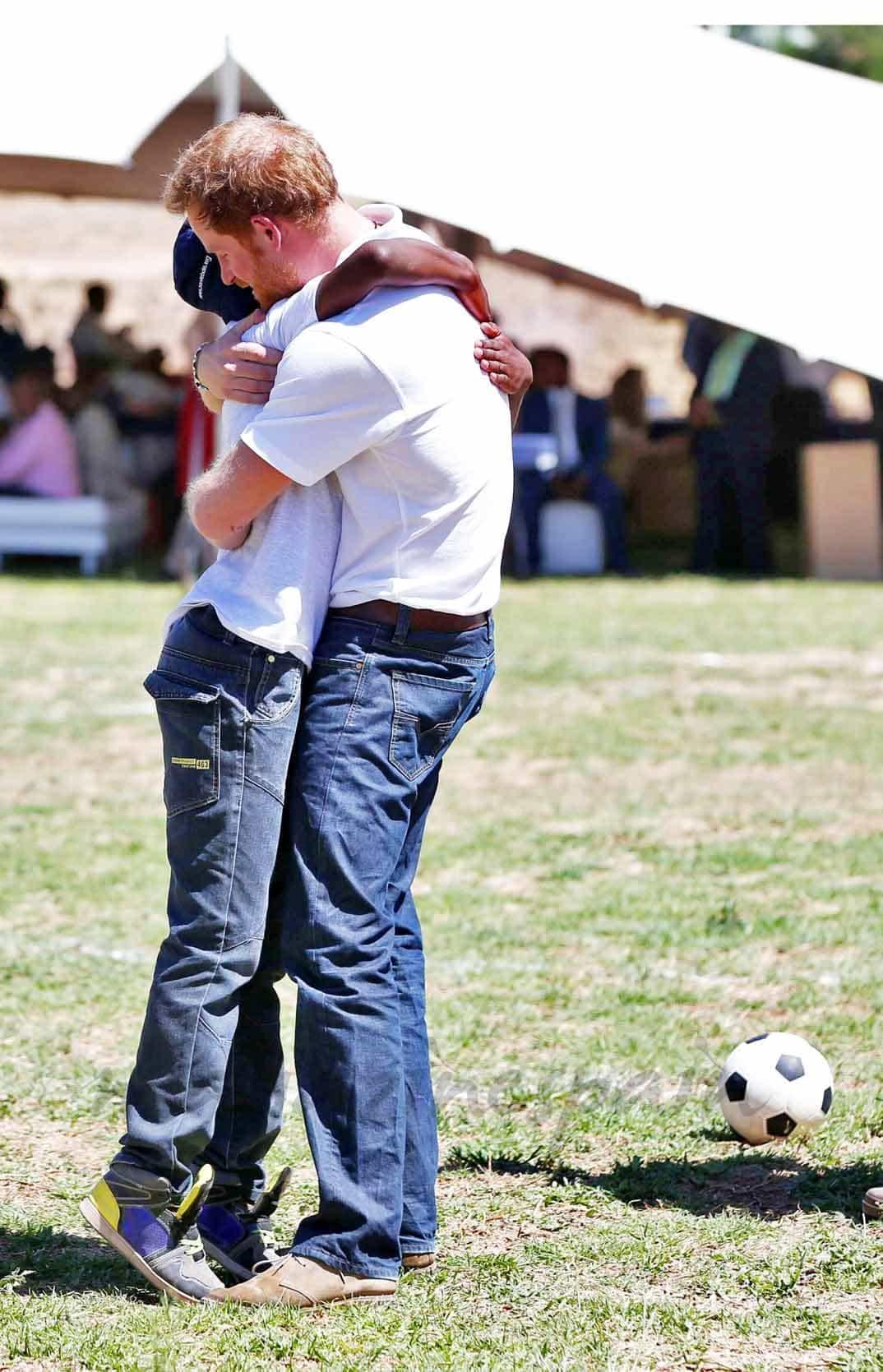 El príncipe Harry abraza a su amigo Mutsu Potsane
