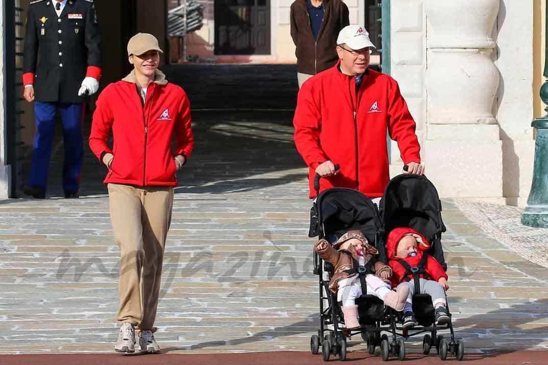 alberto-y-charlene-de-monaco-con sus hijos pasean por monaco