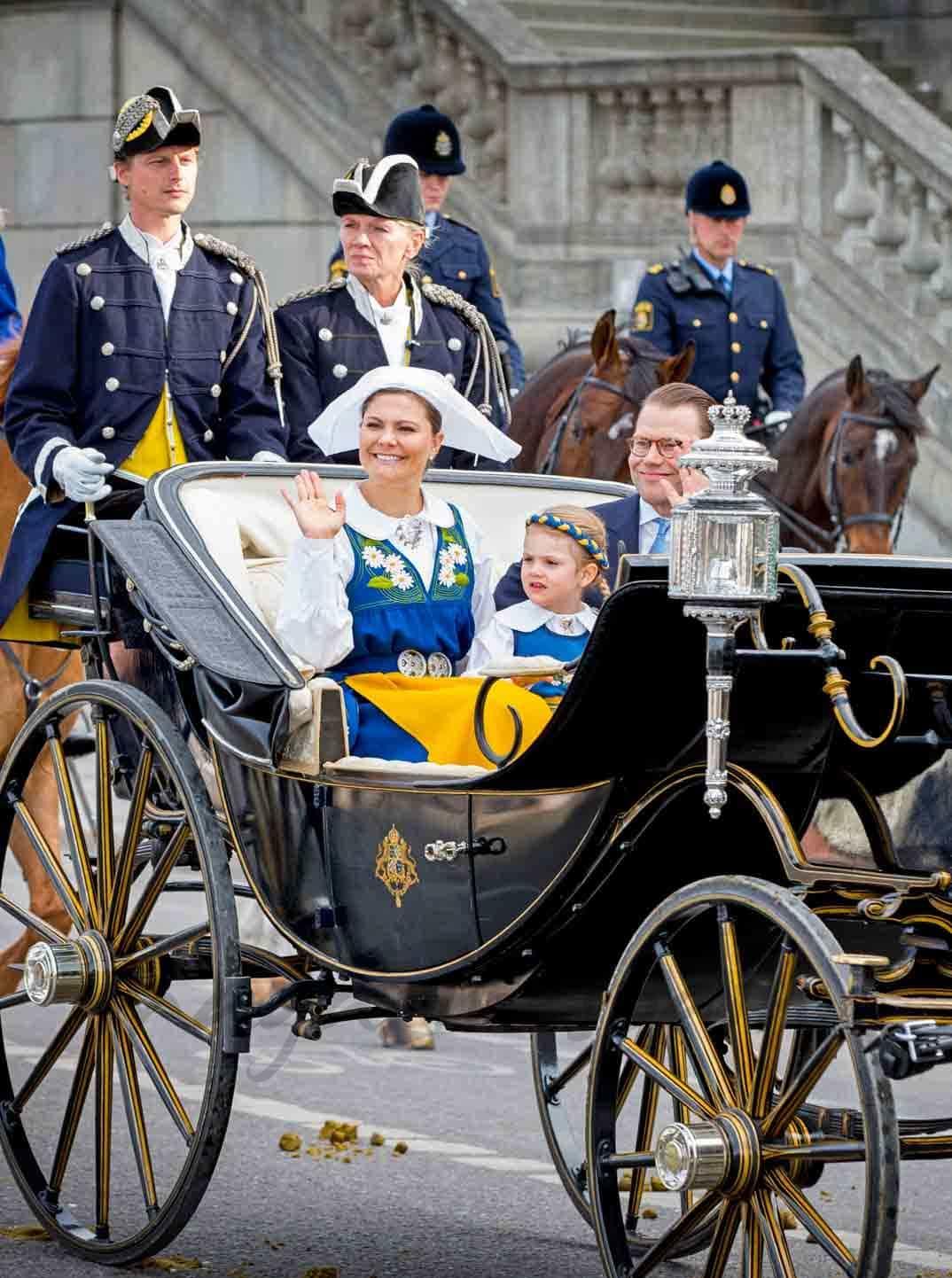 principes-daniel-y-victoria-de-suecia-con-su-hija en el dia de suecia