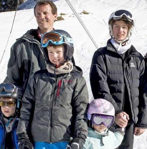 Los príncipes de Dinamarca se divierten en la nieve