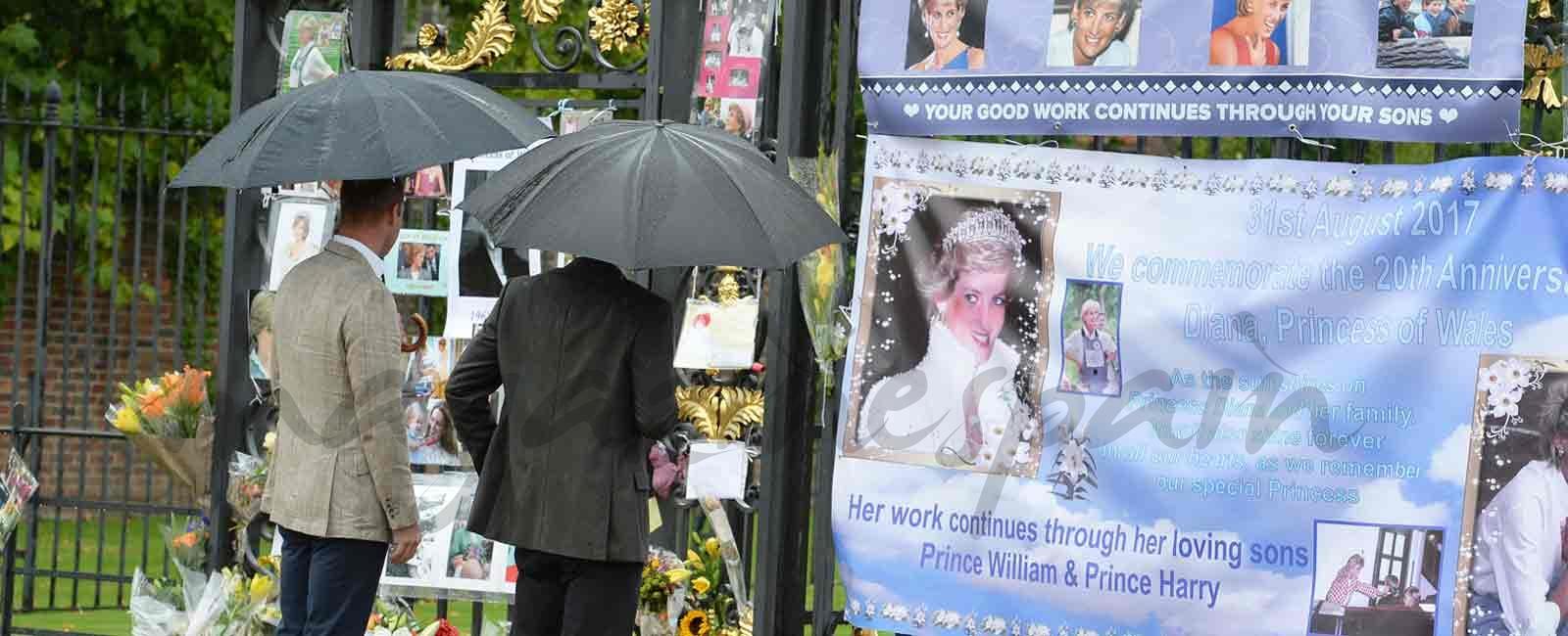 Los príncipes Guillermo y Enrique rinden homenaje a su madre, en el 20 aniversario de su muerte