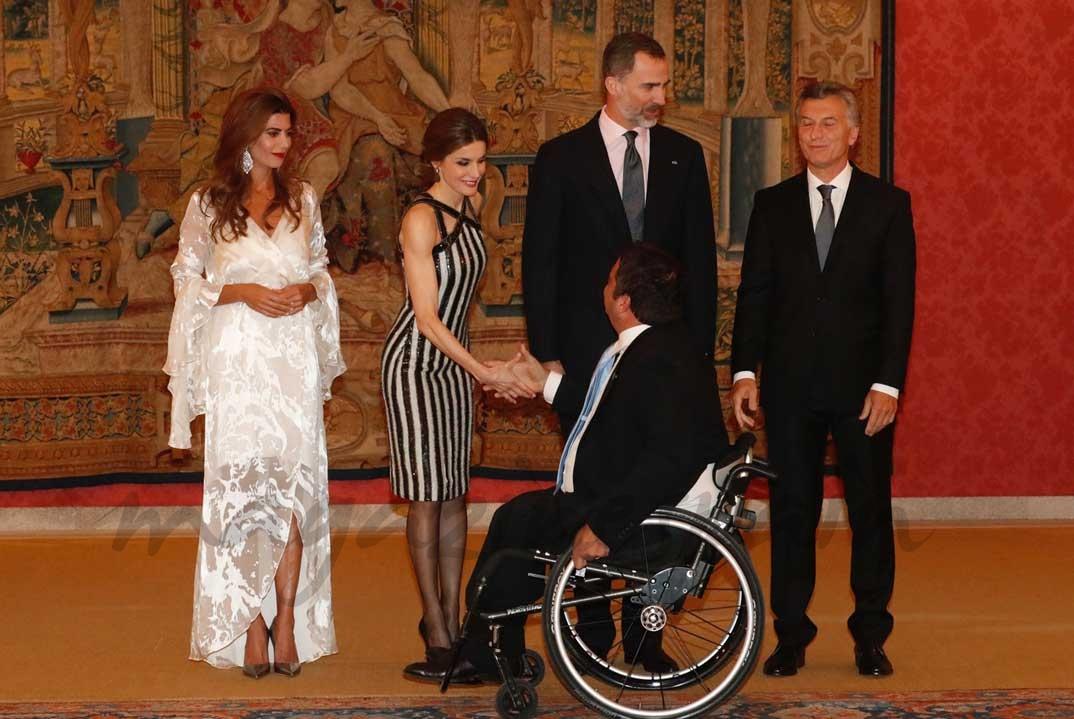 Saludo a los Reyes y al Presidente Macri y su esposa de los invitados a la recepción ofrecida en honor de Don Felipe y Doña Letizia © Casa S.M. El Rey