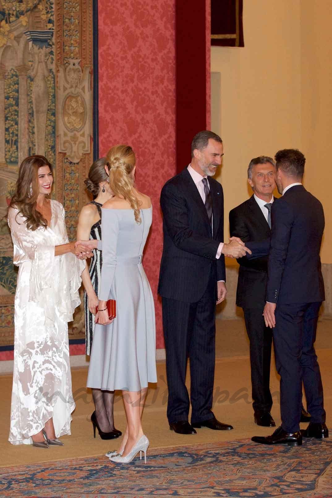 Diego Pablo Simeone y Carla Pereyra con los Reyes y el Presidente Macri y su esposa, en la recepción ofrecida en honor de Don Felipe y Doña Letizia