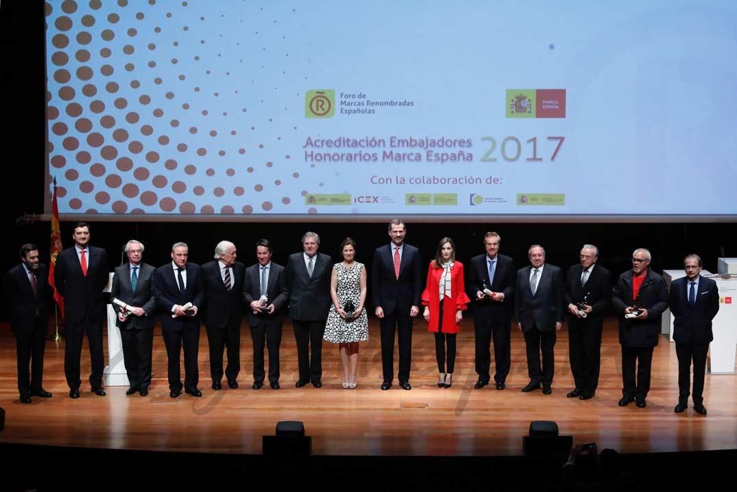 """Sus Majestades los Reyes y las autoridades asistentes, con los miembros de la 7ª Promoción de """"Embajadores Honorarios de la Marca España"""" © Casa de S.M. el Rey"""