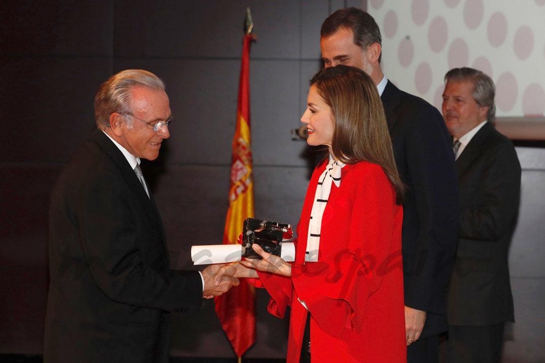 """Doña Letizia entrega al presidente de la Fundación Bancaria """"la Caixa"""", Isidre Fainé, la acreditación concedida a la Obra Social """"la Caixa"""" © Casa S.M. El Rey"""