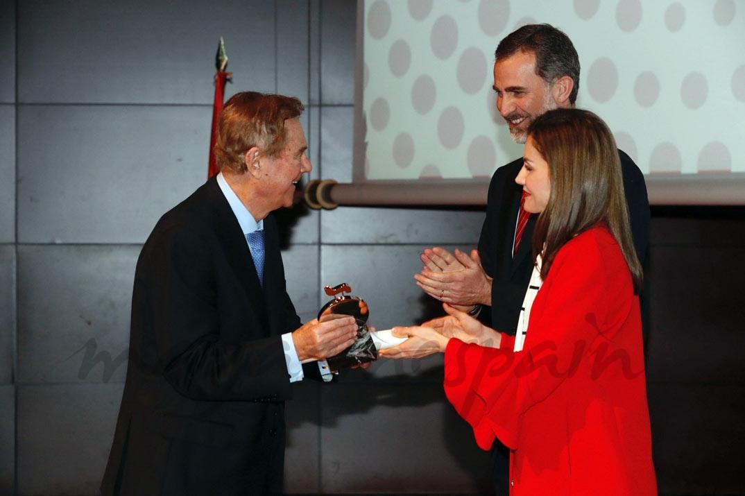 Doña Letizia entrega la acreditación a Gabriel Escarrer, presidente de Meliá Hotels International © Casa S.M. El Rey
