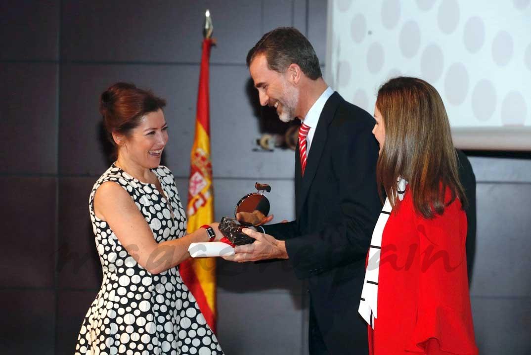 Don Felipe entrega la acreditación a Sara Baras © Casa S.M. El Rey