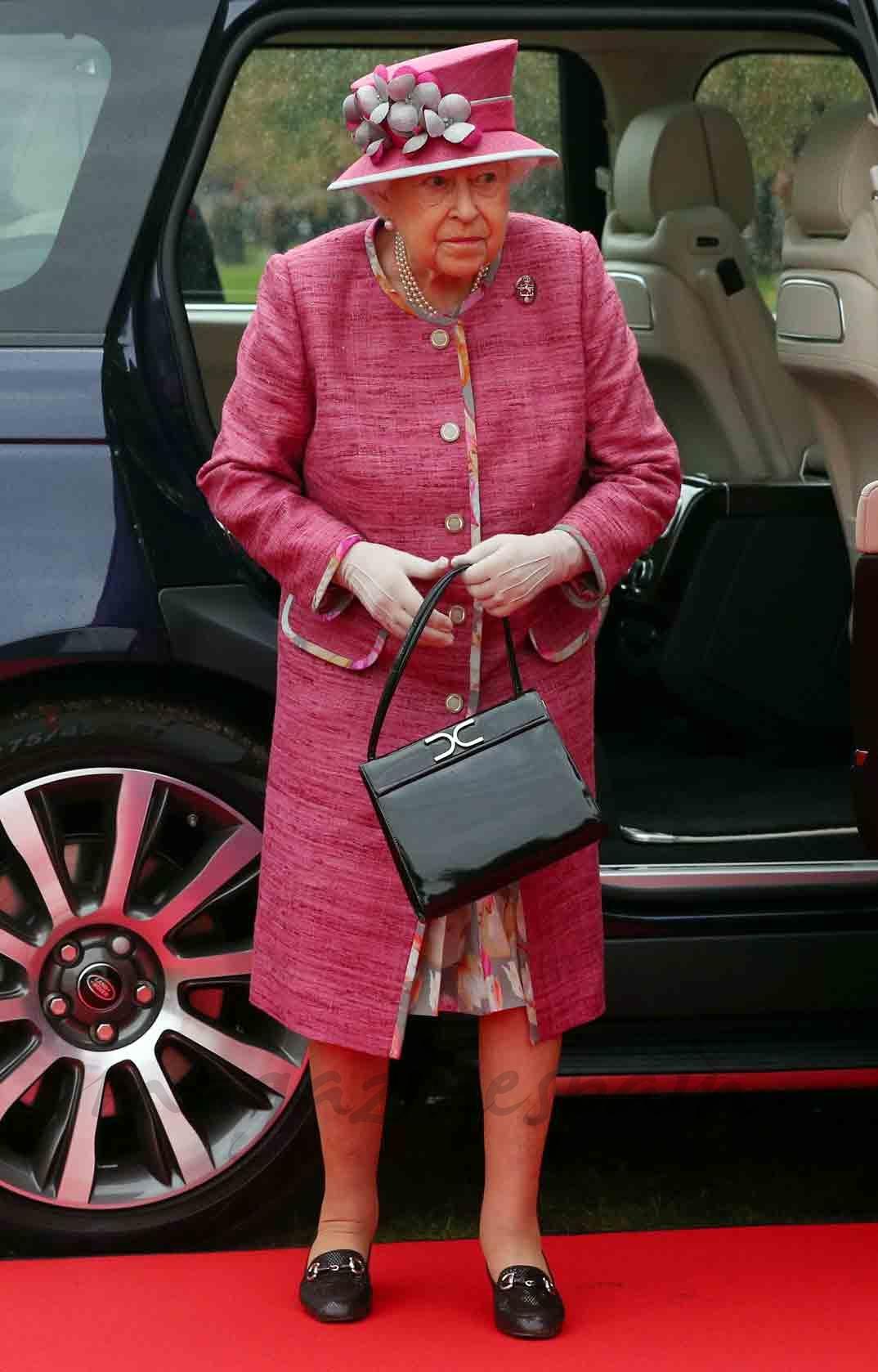 reina isabel preside royal horse artillery 70 aniversario