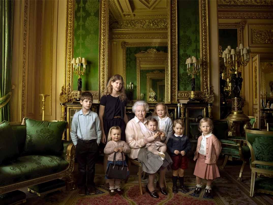 Reina Isabel II de Inglaterra con sus bisnietos