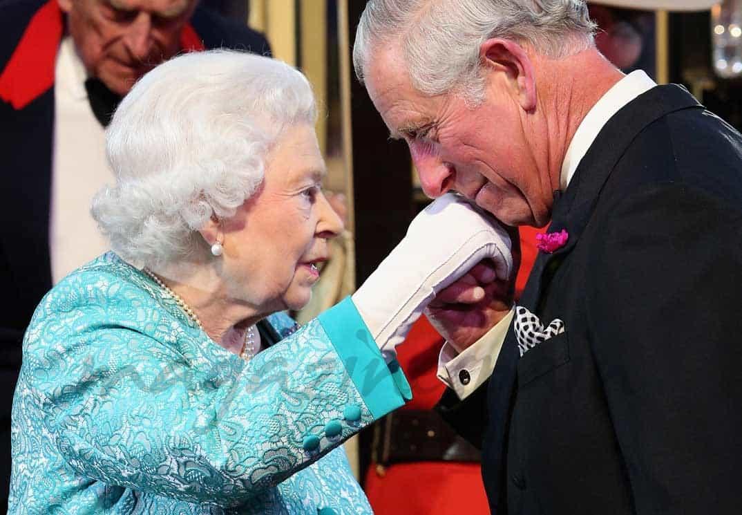 principe carlos y reina isabel en su cumpleaños