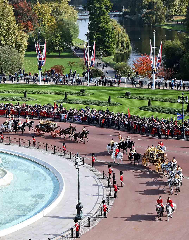 reina-isabel-y-xl-jinping-llegando-al-palacio de buckingham
