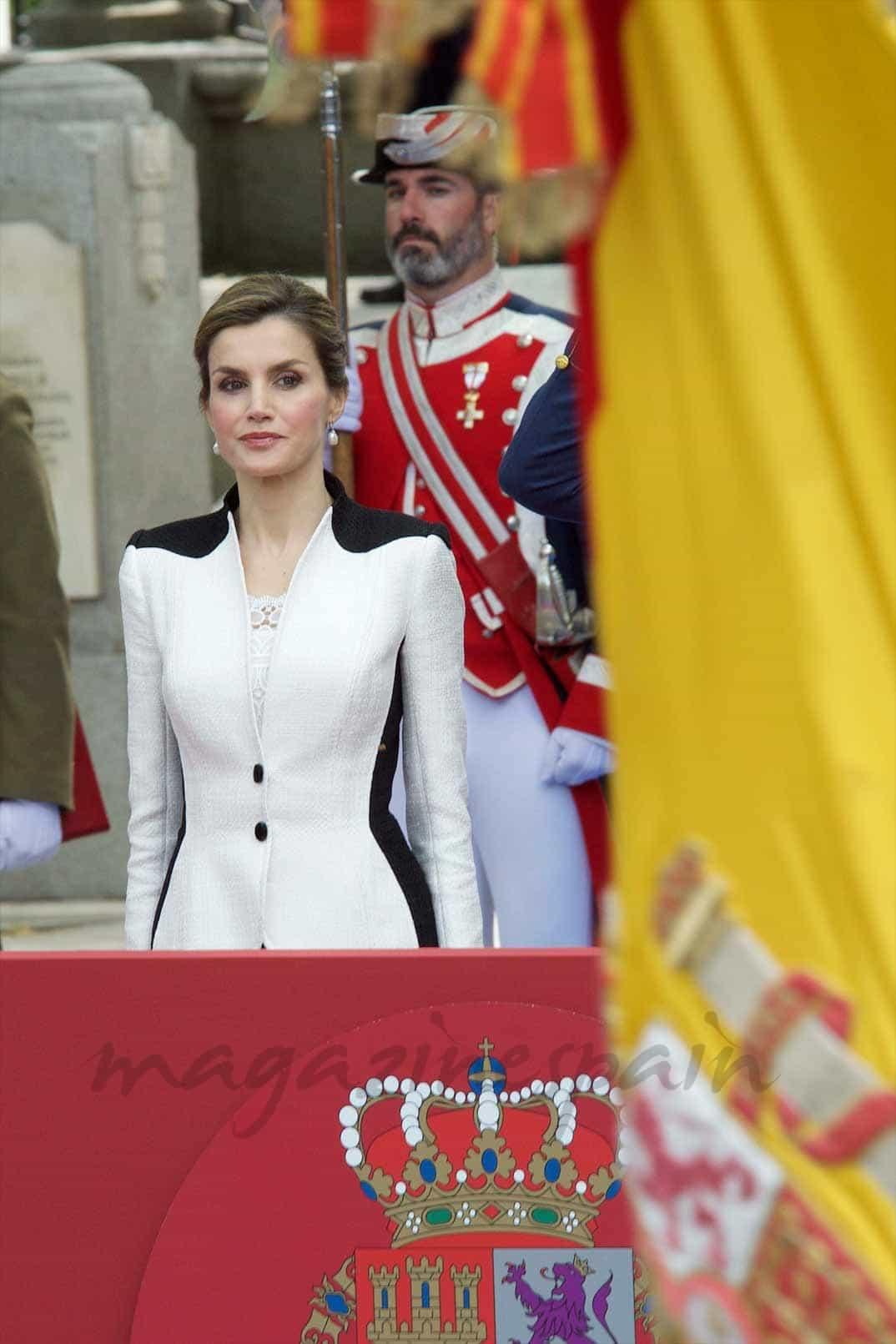 reina letizia elegancia en el dia de las fuerzas armadas