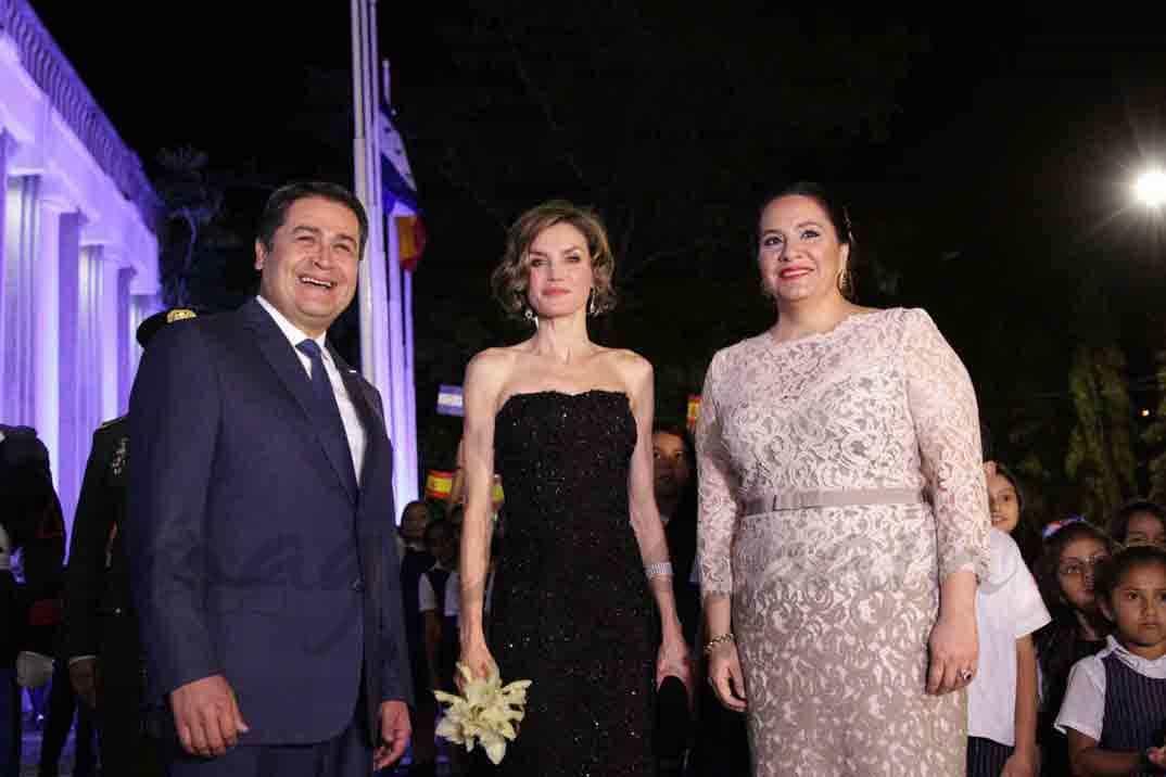 reina-letizia-con-el-presidente-de-honduras-y-la-primera-dama1.jpg