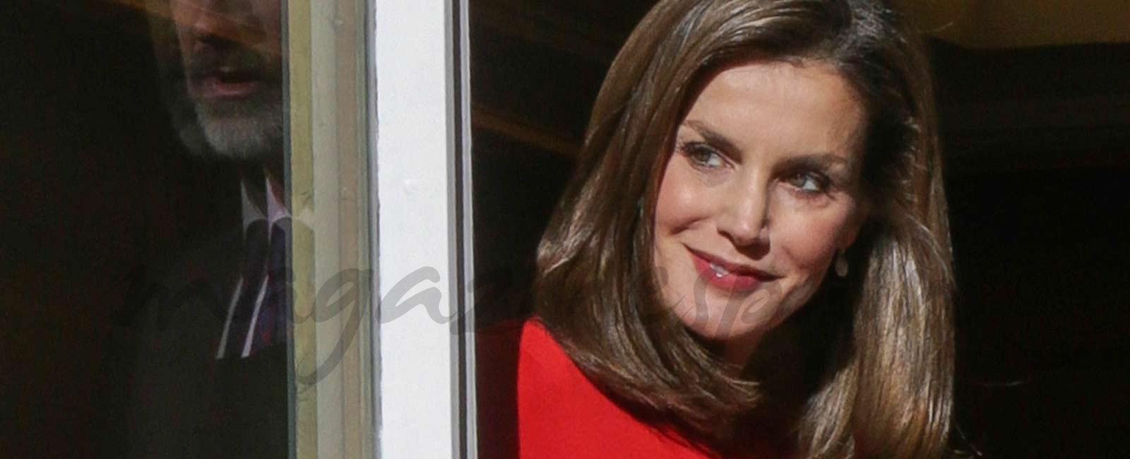 La reina Letizia apuesta por un nuevo estampado, la pata de gallo