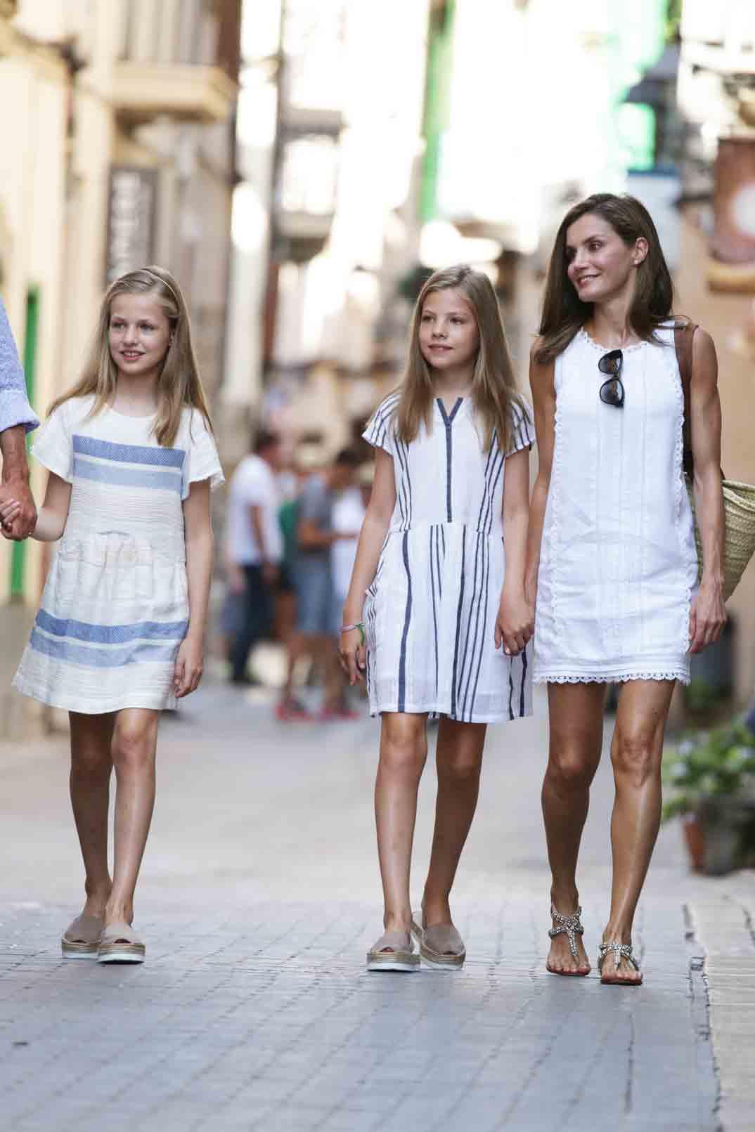 reyes de españa con sus hijas paseo por las calles de mallorca