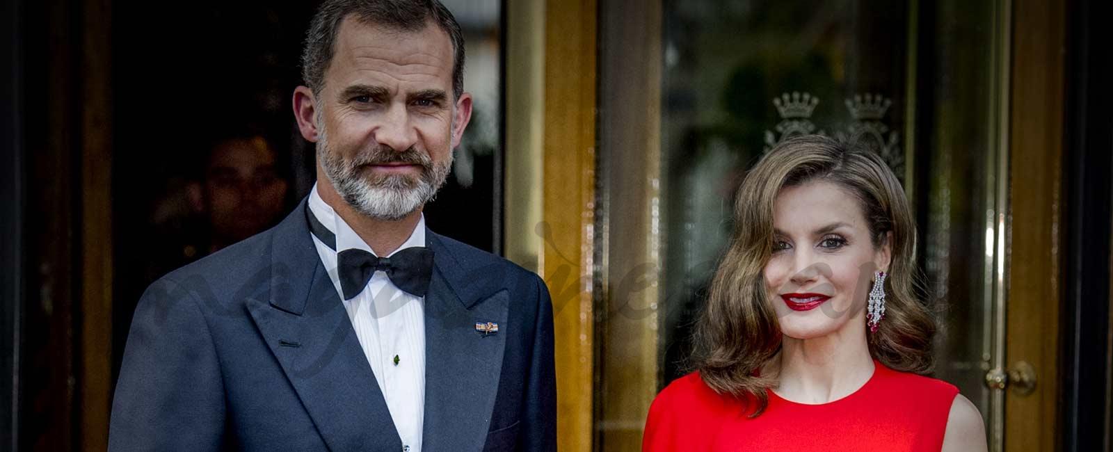 La reina Letizia espectacular de rojo, en el 50 cumpleaños del rey Guillermo de Holanda