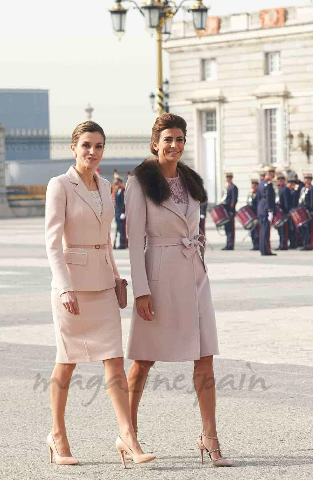 reina letizia y juliana awada compiten en elegancia