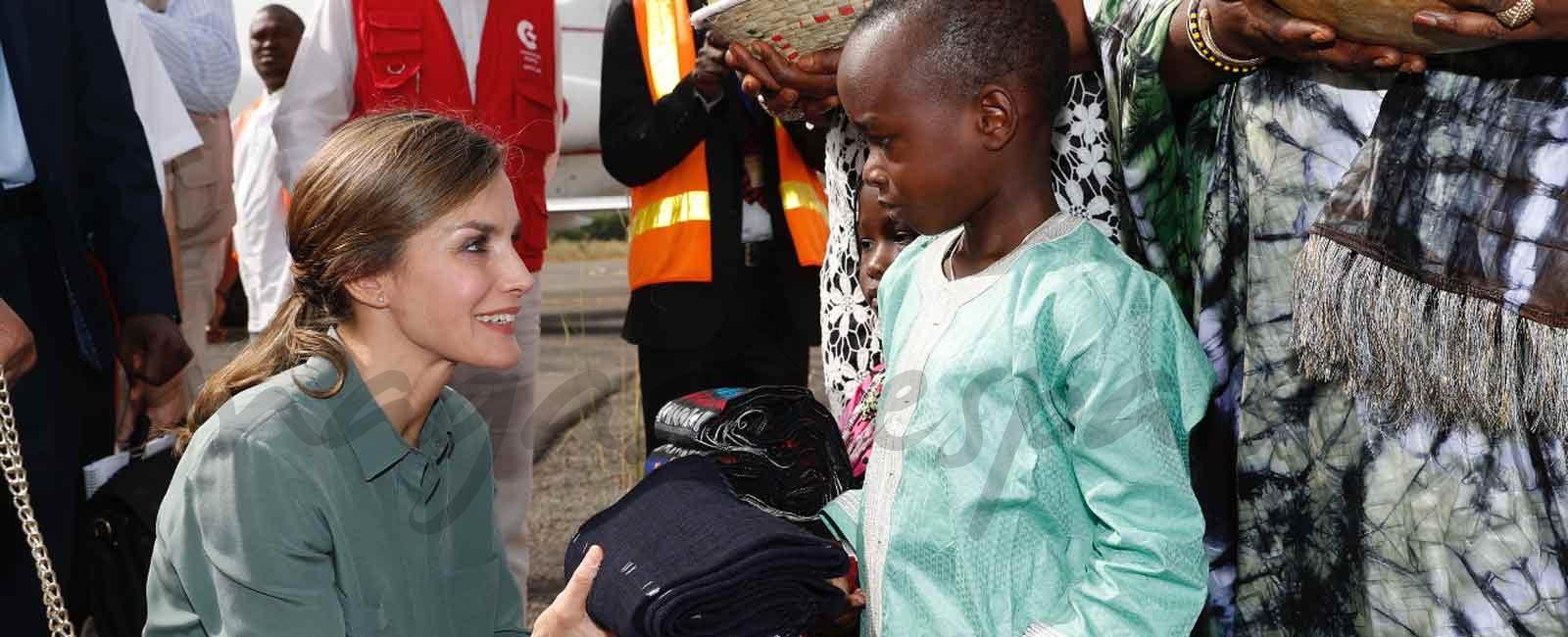 La imagen más solidaria de la reina Letizia en Senegal