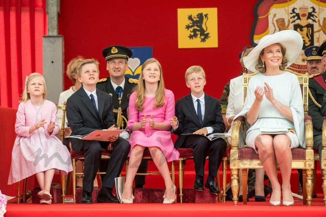 reina-mathilde-de-belgica-con-sus-hijos