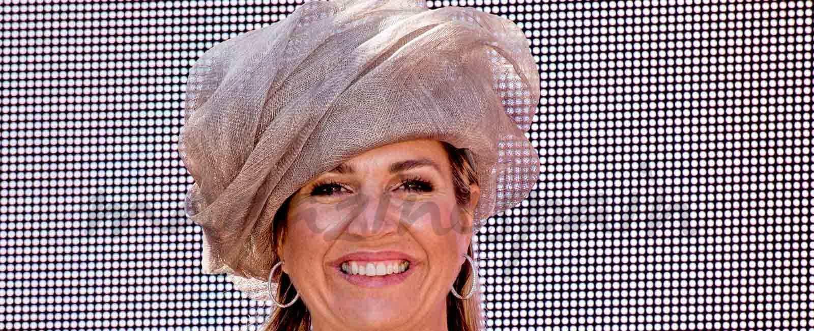 """La reina Máxima de Holanda, megáfono en mano, celebra el """"Día del Vecino"""""""