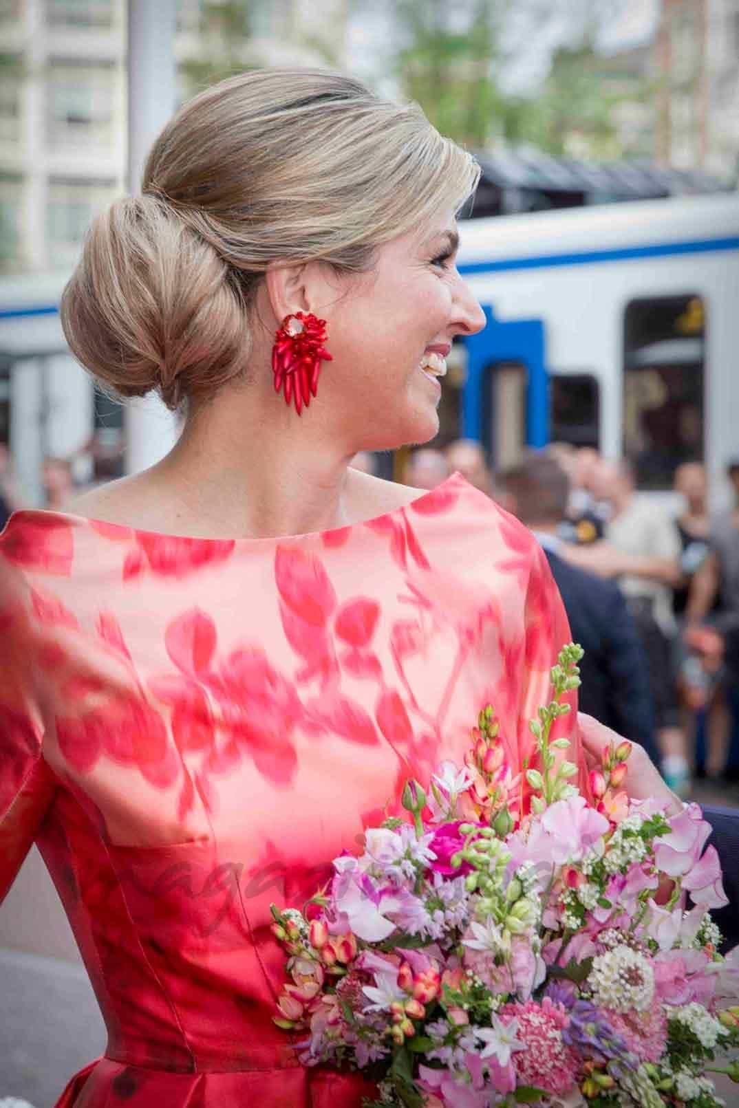 primavera en el traje de la reina maxima de holanda