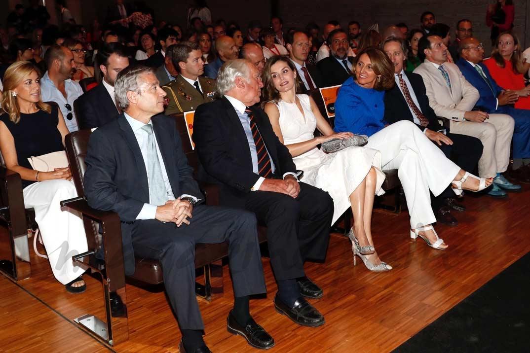 Doña Letizia en el auditorio del Museo del Traje ocupa su lugar en la primera fila de asientos