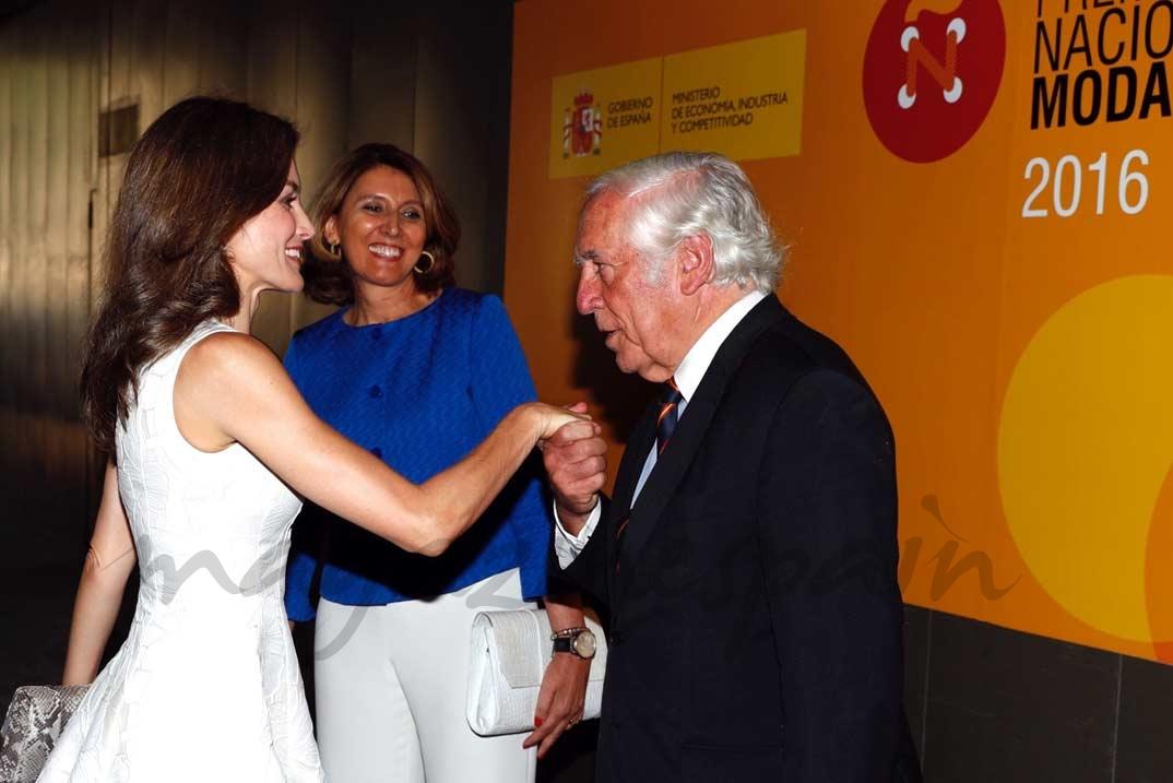 Doña Letizia recibe el saludo del alto comisionado del Gobierno para la Marca España, Carlos Espinosa de los Monteros