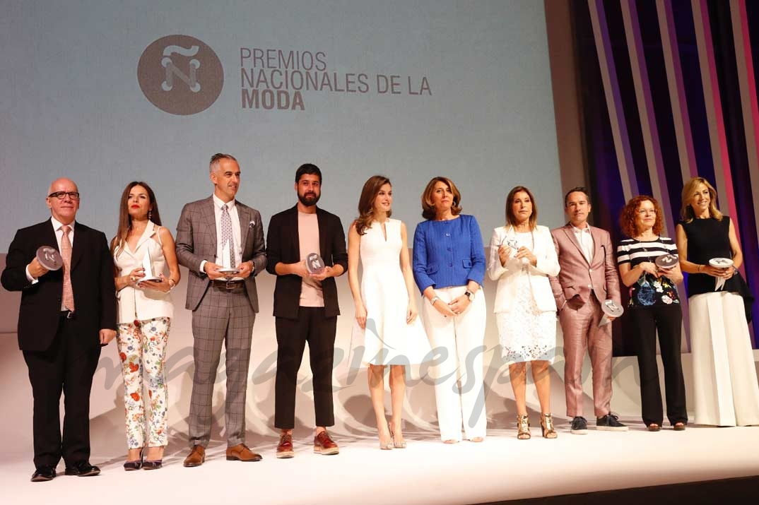 """La Reina junto a los premiados en la IV edición de los """"Premios Nacionales de la Moda"""""""