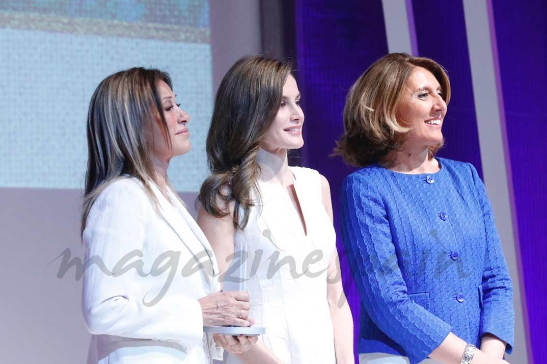 La Reina entrega el Premio Nacional al Diseñador de Moda, a la Trayectoria a doña Purificación García