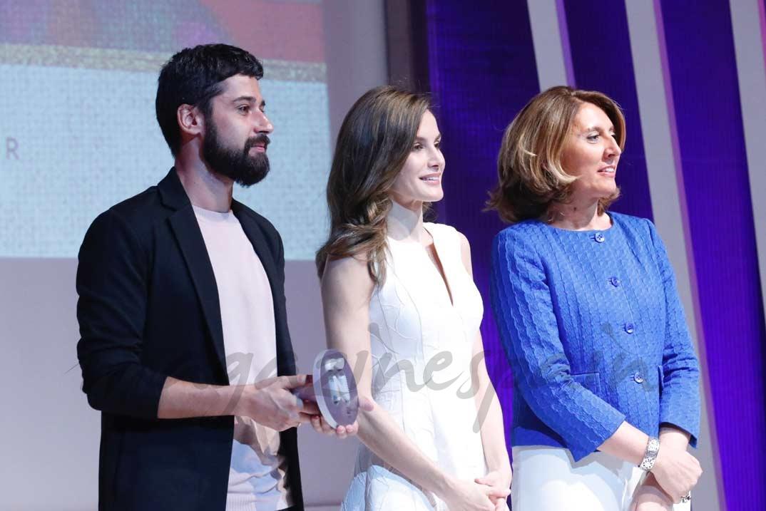 Doña Letizia entrega el Premio Nacional al Diseñador de Moda, Nuevo Valor a Moisés Nieto