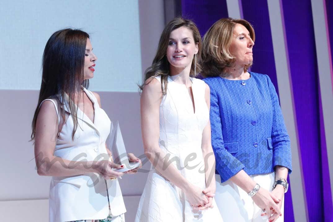Doña Letizia entrega el Premio Nacional a la Comunicación en el Sector de la Moda a EFE Estilo - Construye moda desde los cimientos de EFE