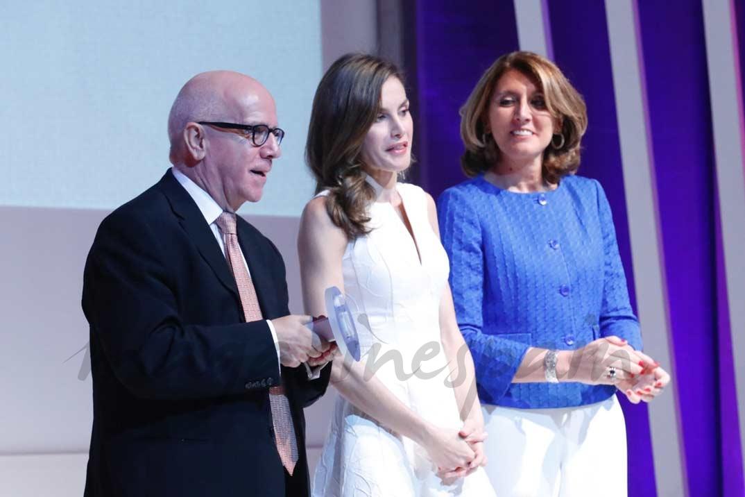 Doña Ledizia entrega el Premio Nacional a la Academia y a la Cultura en el Sector de la Moda a Centro Superior de Diseño de Moda de Madrid