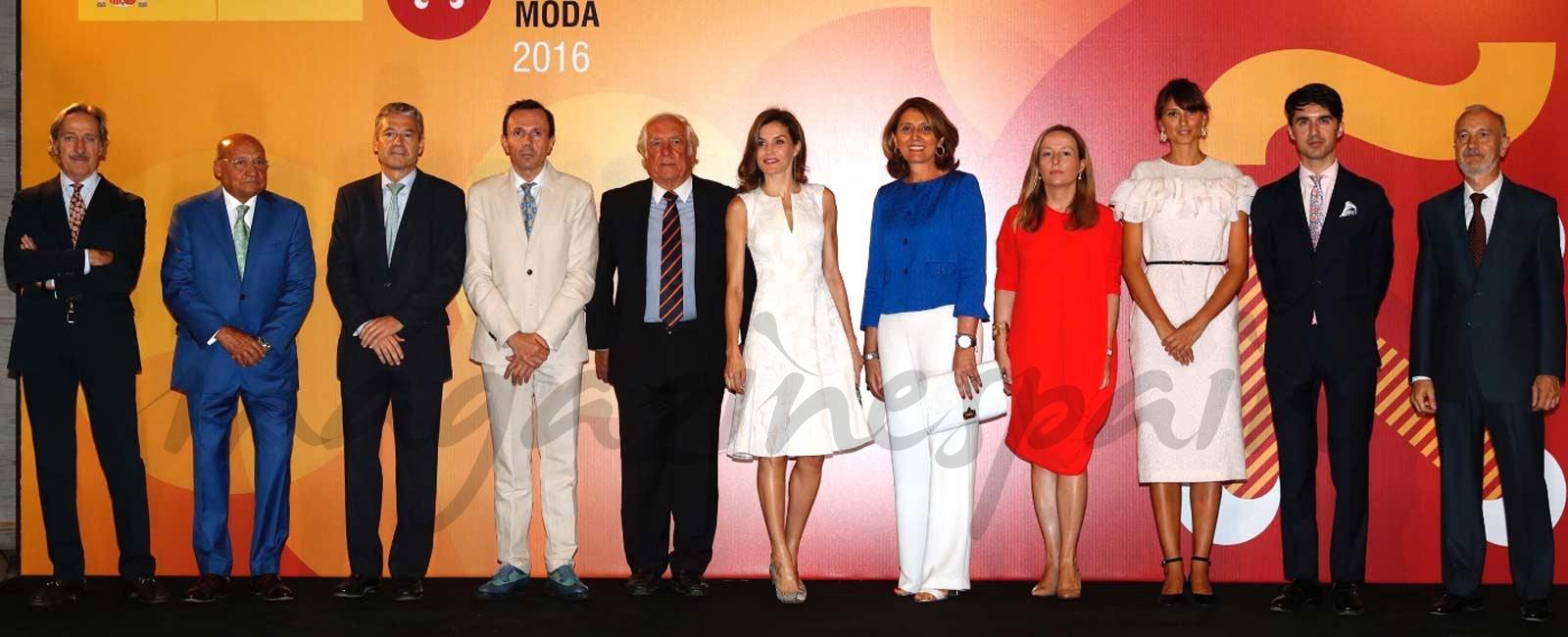 La Reina se viste de Carolina Herrera para entregar los Premios Nacionales de la Moda