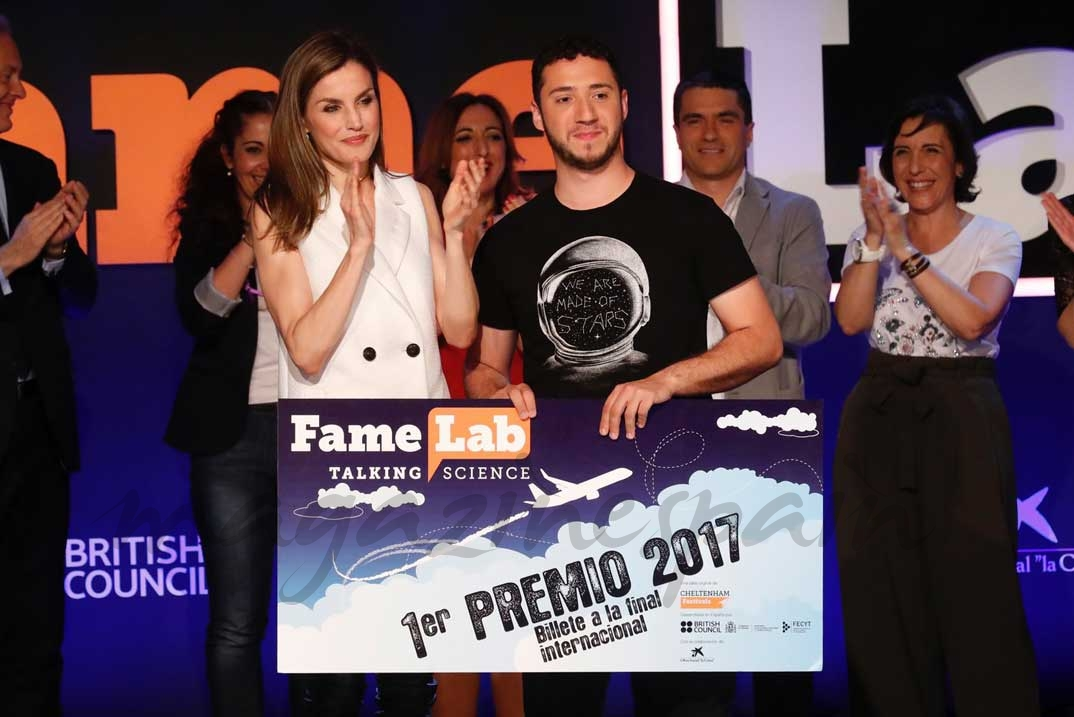 Su Majestad la Reina entrega el primer premio al ganador de Famelab España 2017, Pedro Daniel Pajares