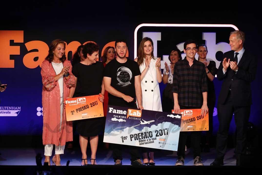 Los tres premiados reciben el aplauso de Su Majestad la Reina, la secretaria de Estado de Investigación, Desarrollo e Innovación, el embajador del Reino Unido en España y los finalistas en Famelab España 2017