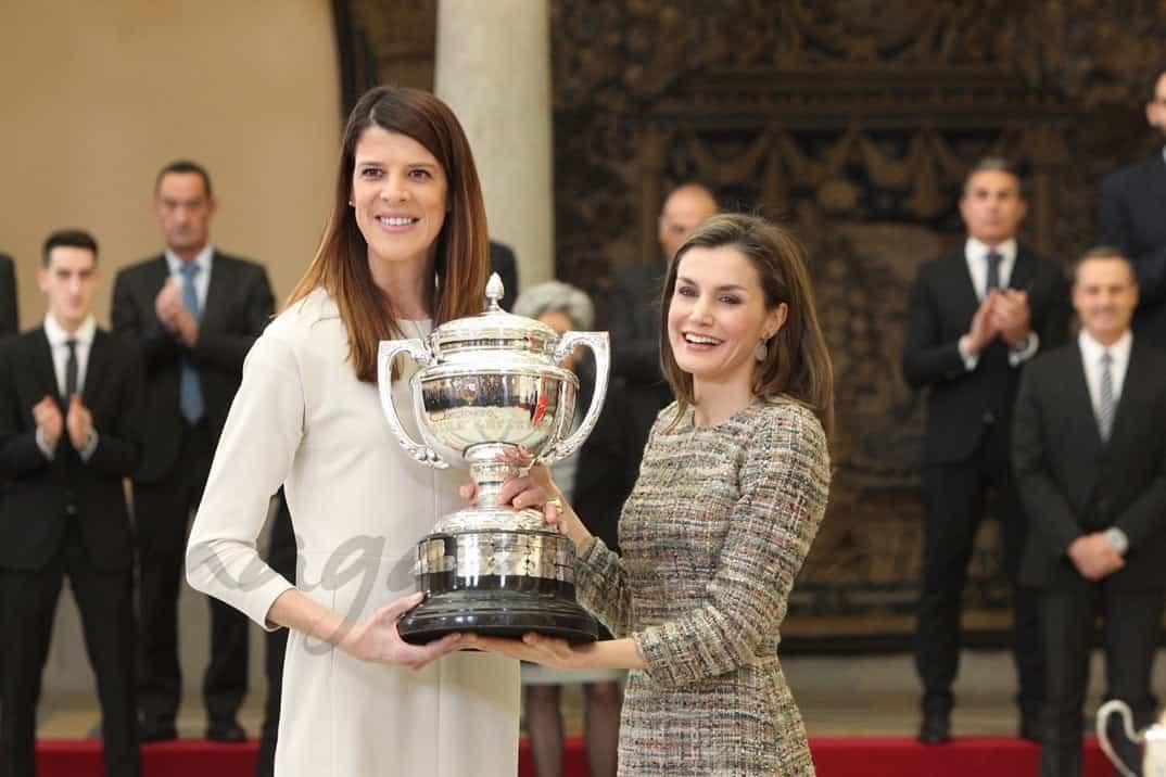 Su Majestad la Reina entrega el Premio Reina Letizia, a la deportista Ruth Beitia Vila © Casa S.M. El Rey