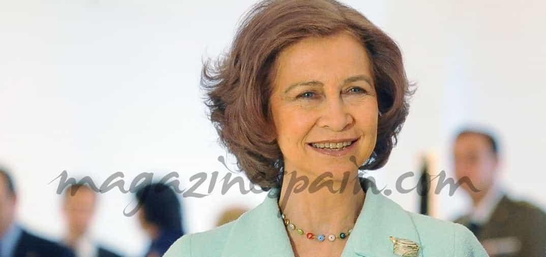 La reina doña Sofía sigue la moda del bolso personalizado