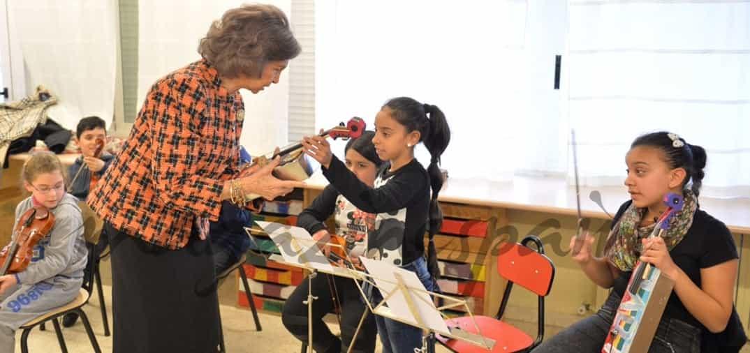La Reina Sofía sorprende a los pequeños participantes del proyecto «La Música del Reciclaje»