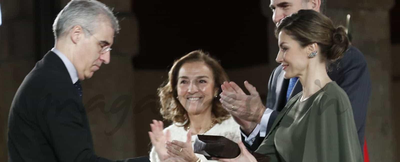 La elegancia de la reina Letizia con su vestido capa