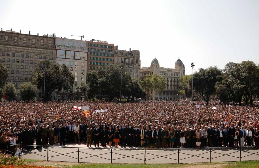 Rey don Felipe con las autoridades presentes en el minuto de silencio
