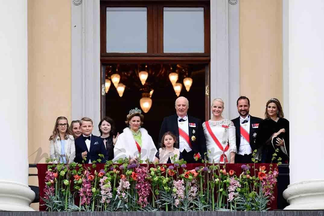 Reyes Harald y Sonia de Noruega con sus hijos y nietos