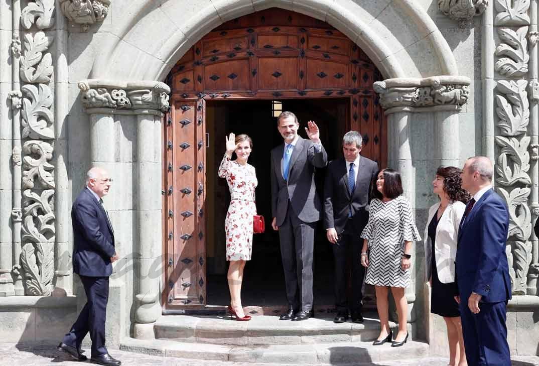Sus Majestades los Reyes saludan desde la entrada de la Casa de Colón © Casa S.M. El Rey