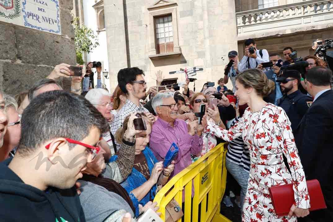 Doña Letizia recibe el cariño de los vecinos de Las Palmas de Gran Canaria a su llegada a Casa de Colón © Casa S.M. El Rey