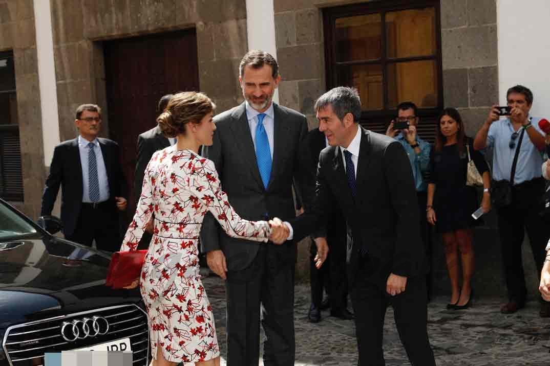 Doña Letizia recibe el saludo del Presidente del Gobierno de Canarias, Fernando Clavijo © Casa S.M. El Rey
